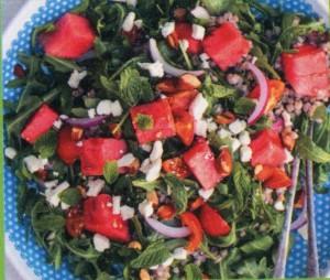 Летний салат с овощами и орехами