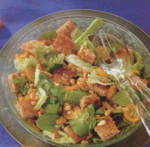 Салат из зеленых листьев и цитрусовых с гренками